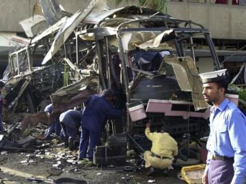 En-2002-Karachi-forces-securite-pakistanaise-examinent-dans-lequel-14-personnes-tuees-bombe_1_730_545